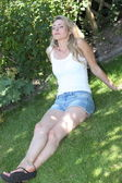 Beautiful woman relaxing on the grass — Foto de Stock