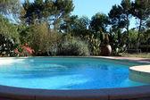 Zářivě modré bazén — Stock fotografie