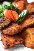 Crumbed vlees op een tabel met ontbijtbuffet — Stockfoto