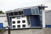 Třípodlažní budova s moderní architekturou — Stock fotografie