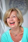 Skrattar livlig äldre kvinna — Stockfoto
