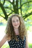 Sorridente adolescente con i capelli ricci beautyful — Foto Stock