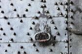 Ferforje metal kaplı kapı kolu — Stok fotoğraf