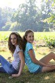 Due belle ragazze giovani nel parco — Foto Stock