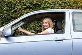Donna sorridente, guidando la sua auto — Foto Stock