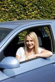 Привлекательная блондинка женщина водитель — Стоковое фото