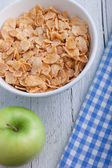 Bowl of breakfast cereal in a rustic setting — Stockfoto