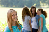 Séduisante adolescente avec bretelles dentaires — Photo