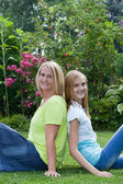 Caucasian mother and daughter smiling in a garden — Stockfoto