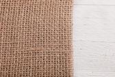 Toile de jute ou de Hesse sur des planches en bois blancs — Photo