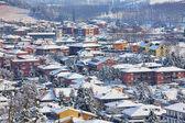 Kleinstadt mit schnee bedeckt. piemont, italien. — Stockfoto