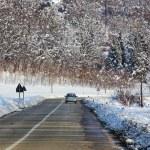 karlı alanları arasında yolda araba — Stok fotoğraf