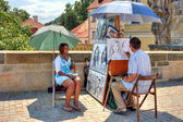 Street painter on Charles Bridge in Prague. — Stock Photo