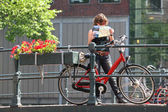 Tourist with map and bicycle. Amsterdam, Netherlands. — Stock Photo