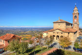 Vieja iglesia bajo cielo azul. Diano d ' Alba, Italia. — Foto de Stock