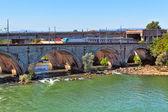 在这条河在意大利皮埃蒙特桥上火车. — 图库照片