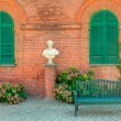 Wooden bench in front of red brick house in Italy. — Stock Photo