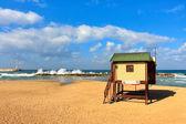 Torretta bagnino sulla spiaggia sul mar mediterraneo. — Foto Stock