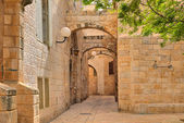Narrow street and stonrd houses at jewish quarter in Jerusalem. — Stock Photo
