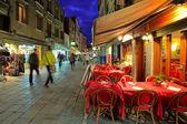 Restauracyjny na wąskiej uliczce w Wenecja, Włochy. — Zdjęcie stockowe