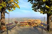 Bänkar över kullarna i piemonte, italien. — Stockfoto