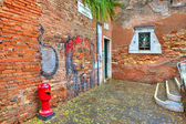 Brick walls and small courtyard in Venice, Italy. — Stock Photo