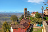 Pueblo pequeño y viejo campanario en italia. — Foto de Stock