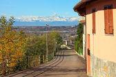 Straat loopt door de kleine italiaanse stad. — Stockfoto
