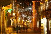 Hlavní ulice na večer. alba, itálie. — Stock fotografie