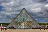 Königspalast und pyramide. paris, frankreich. — Stockfoto