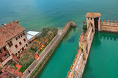 Scaliger castle surrounding wall on Lake Garda. — Stock Photo