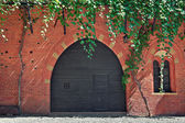 Red brick house with wooden door in Italy. — Stock Photo