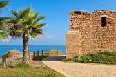 Promenade and ancient tomb in Ashkelon, Israel. — Stock Photo