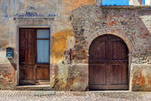 Facade of old abandoned house in Italy. — Stock Photo