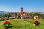 Grüner rasen und rote kirche in piemont, italien. — Stockfoto