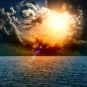 Puesta del sol amarillo en medio del océano — Foto de Stock