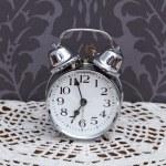 antigo relógio despertador na toalha de mesa — Foto Stock