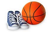 Mavi spor ayakkabı ve basketbol — Stok fotoğraf