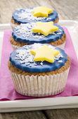 кекс с голубой глазурью и желтая звезда — Стоковое фото
