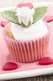 Valentine cupcake with with rose — Stock Photo