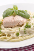 Steamed salmon fillet and spaghetti — Zdjęcie stockowe