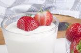 řecký jogurt a čerstvé jahody — Stock fotografie