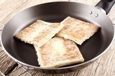 Хлеб картофельный в сковороде — Стоковое фото