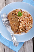 Cod fillet in bread crumbs with baked beans — Stock Photo