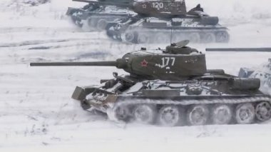 Legendary Russian Tanks T34 attack an enemy position — Stock Video