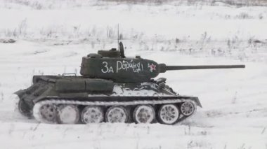 Legendary Russian Tanks T34 in snowy weather — Stock Video