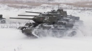 Russian Tanks T34 launched an all-out attack against the enemy. Audio included — Stock Video