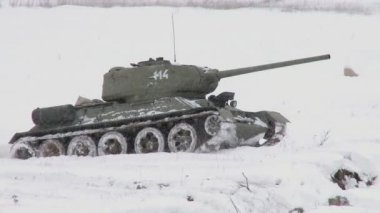 Russian Tank T34 in snowy weather — Stock Video