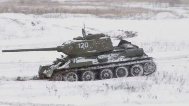 Russian Tank T34 in winter — Stock Video