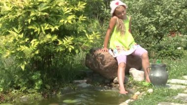 Little girl near the pond — Stock Video